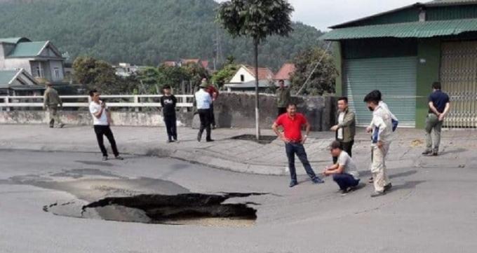 Lòng đường sụt lún gần 1 mét khiến nhiều hộ dân sinh sống hai bên phát hoảng.