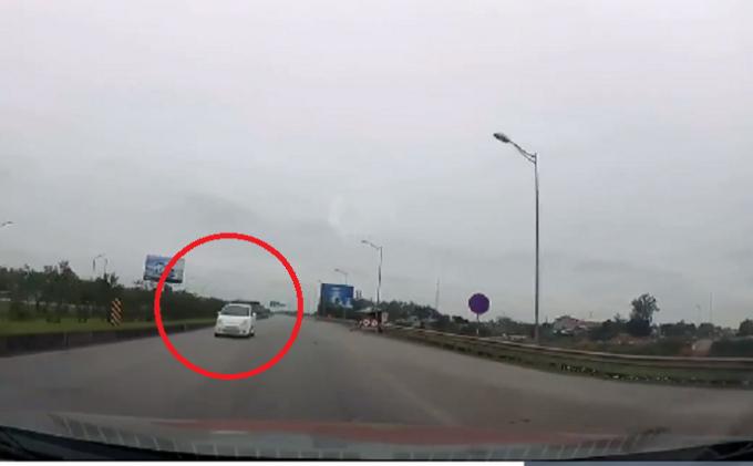 Hình ảnh chiếc ô tô trắng đi ngược chiều trên cao tốc được một camera hành trình của một xe ô tô khác ghi lại.