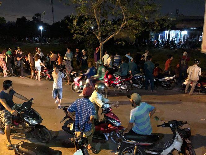 Người dân ở huyện Hóc Môn (TPHCM) tụ tập xem vụ án mạng trong đêm 11/3. Ảnh Ngô Bình.