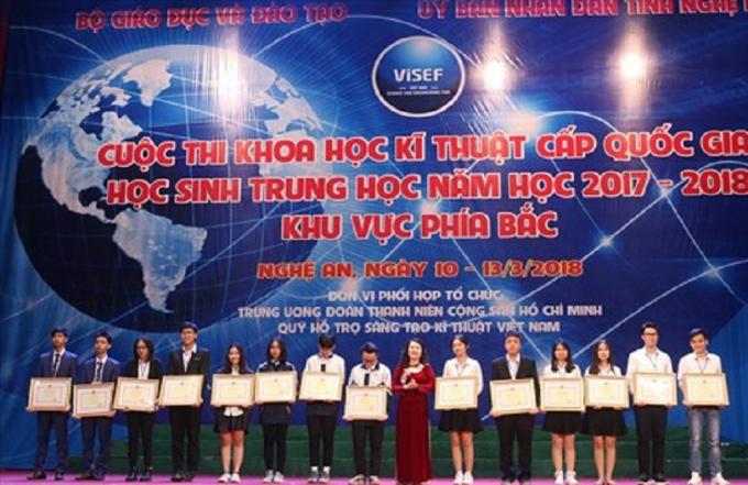 Nhóm các thí sinh đoạt giải tại cuộc thi nhận bằng khen của Bộ GD&ĐT.