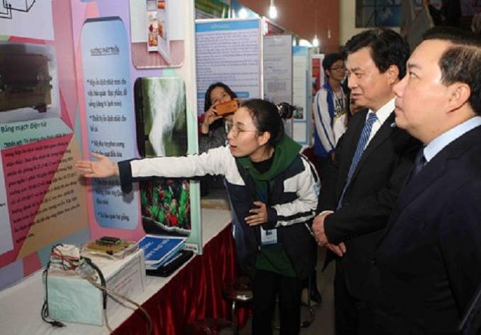 Học sinh giới thiệu đề án tham dự tại cuộc thi.