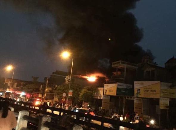 Vụ hỏa hoạn tạo thành cột khói khổng lồ.