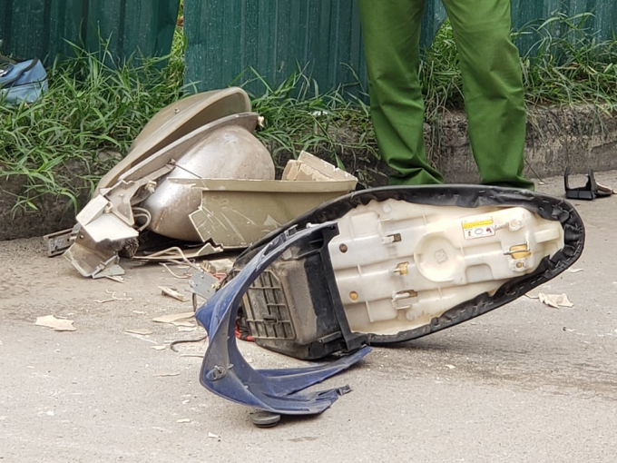 Có ít nhất ba chiếc xe máy bị hư hại nặng.