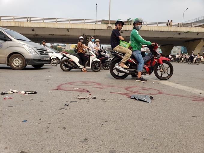Hà Nội: Xế hộp lật ngửa sau khi đâm liên hoàn nhiều xe máy khiến ba người nhập viện