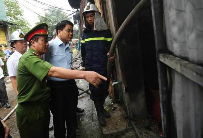 Lãnh đạo UBND TP Hà Nội có mặt tại hiện trường chỉ đạo xử lý vụ việc.