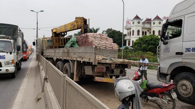 Chiếc xe tải bị hư hại sau vụ tai nạn.