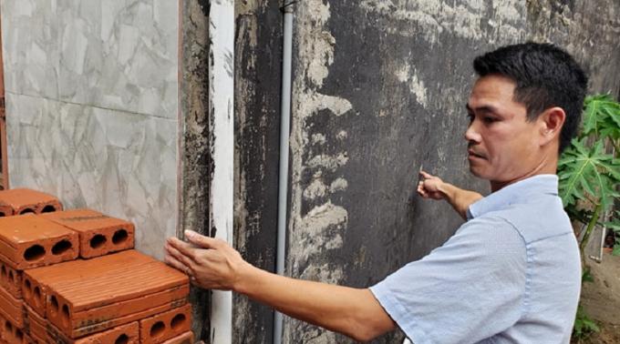 Anh Hoan xác định phần diện tích xây sai phạm lấn chiếm ngõ đi chung của hộ gia đình ông Thành.