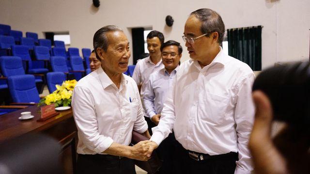 Bí thư Nguyễn Thiện Nhân trao đổi cử tri bên lề hội nghị.