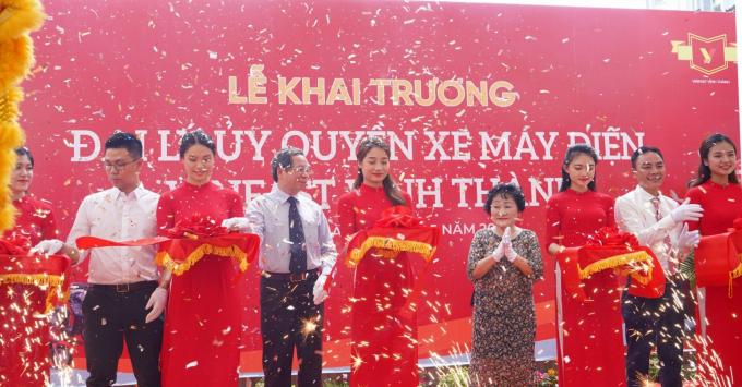 Bà Chu Thị Xuyến, Chủ tịch hội đồng thành viên công ty Vĩnh Thành, cùng khách mời cắt băng khai trương