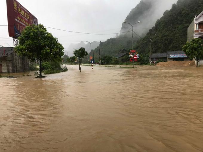Tuyến đường từ Quảng Uyên đi thị trấn Trùng Khánh ngập sâu trong nước.