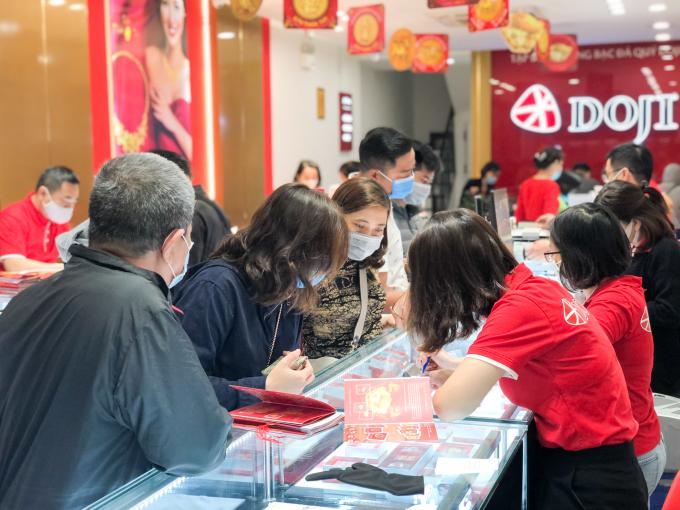 Khách hàng lựa chọn sản phẩm tại DOJI Phan Đình Phòng ngày Vía Thần Tài.