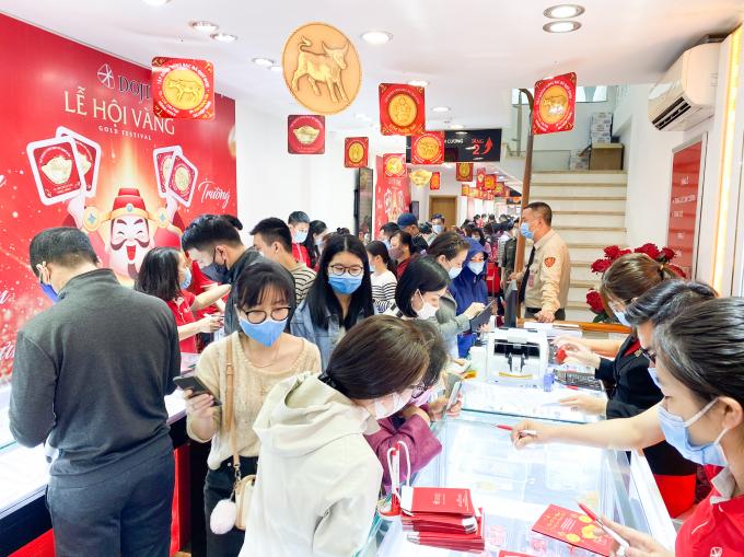 Trung tâm 37B Trần Nhân Tông của DOJI đón những vị khách đầu tiên đến mua vào sáng sớm hôm nay.