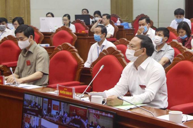 Các đồng chí lãnh đạo tỉnh trực tiếp chỉ đạo, giám sát các hoạt động đến tận các tổ bầu cử (ảnh quangninh.gov.vn)