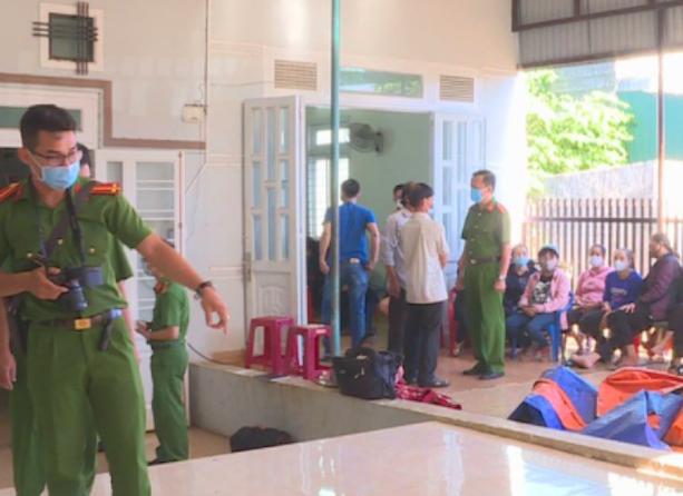 Lực lượng chức năng tiến hành khám nghiệm hiện trường nơi xảy ra vụ việc.