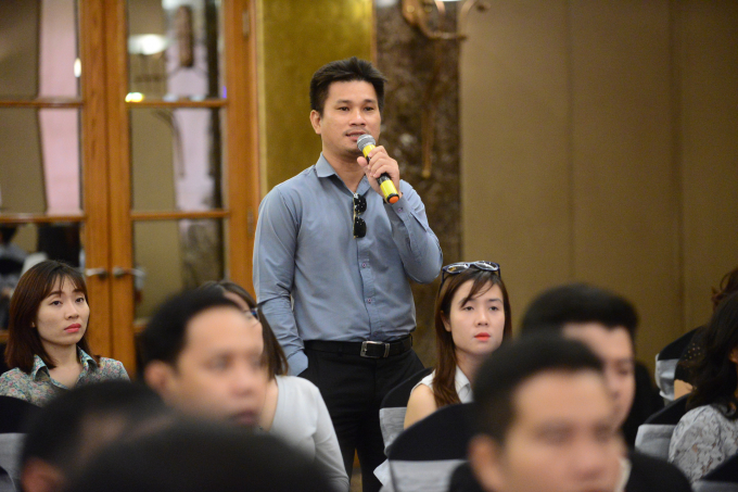 Khách hàng quan tâm hỏi và được tư vấn tại hội thảo.