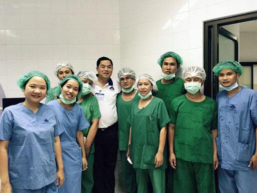 Tập thể y, bác sỹ Bệnh viện Mắt luôn lấy sức khỏe người bệnh để phục vụ.