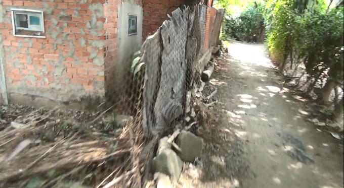 Một con đường nhỏ người dân nhiều năm nay phải đi tạm vì không có cầu nối kênh Lê Thị Riêng để đi.