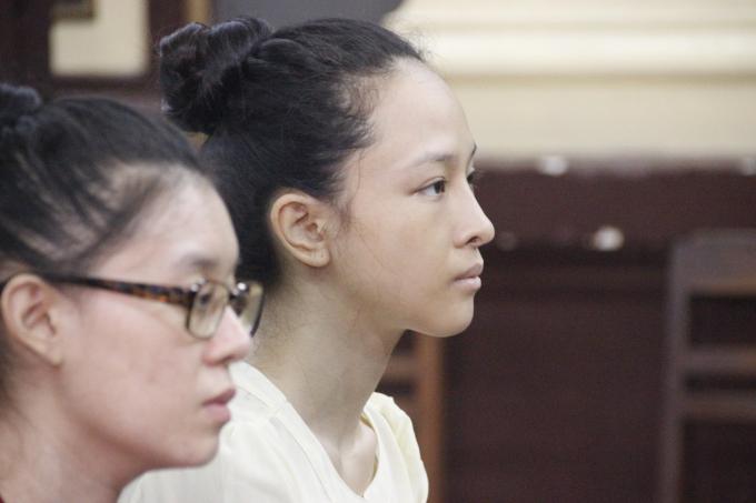 Bị cáo cựu hoa hậu có vẻ tập trung tại phiên tòa.