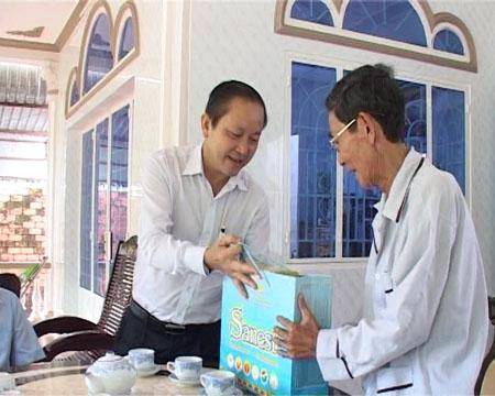 Lãnh đạo TP Bà Rịa đến thăm, tặng quà đối tượng chính sách.