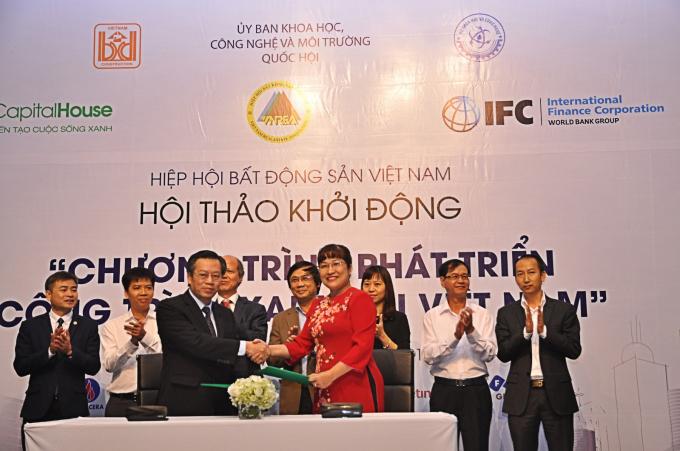 Bà Lưu Thị Thanh Mẫu-TGĐ Phuc Khang Corporation, nhà phát triển BĐS đầu tiên khu vực Phía Nam tiên phong kí cam kết Phát triển Công trình xanh tại Việt Nam.