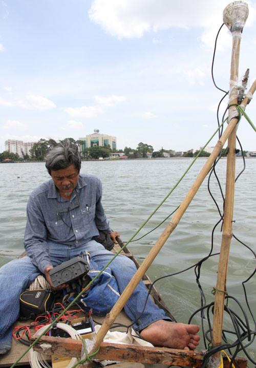 Tiến sĩ Lê Xuân Thuyên- người bỏ tiền túi để khảo sát đáy sông và dòng chảy khu vực lấp lấn sông vào năm 2015. Ông Thuyên cũng là người tìm ra trầm tích có dioxin ở sông Đồng Nai. (Ảnh của Tiến sĩ Vũ Ngọc Long).