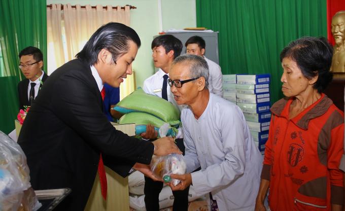 Lãnh đạoCông ty CP An Gia Lập Nghiệp trao quà cho người nghèo.