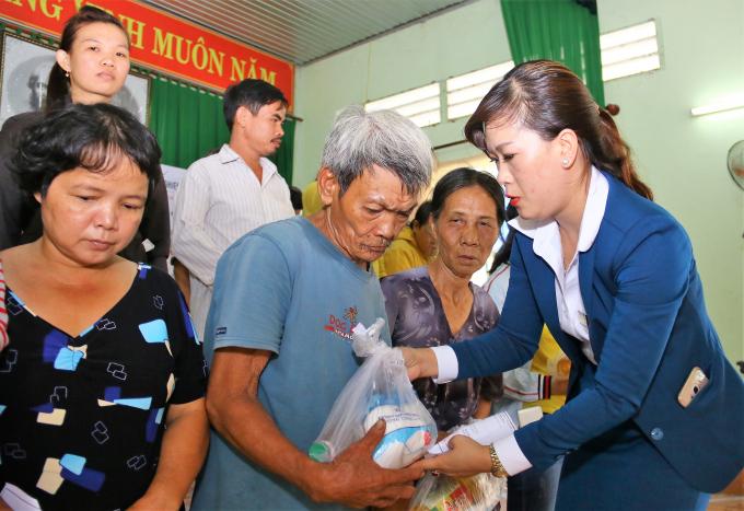 Việc trao quà có ý nghĩa khích lệ người nghèo vươn lên trong cuộc sống.