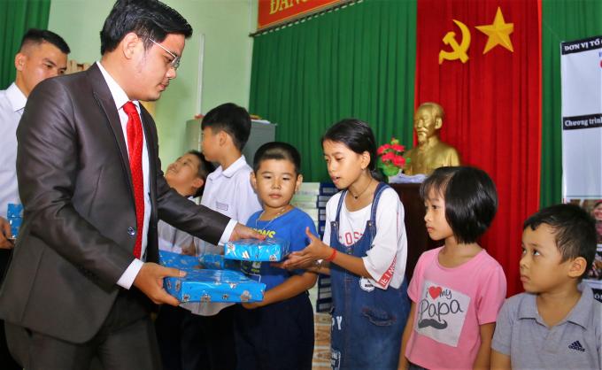 Trao quà cho các em nhỏ hiếu học.