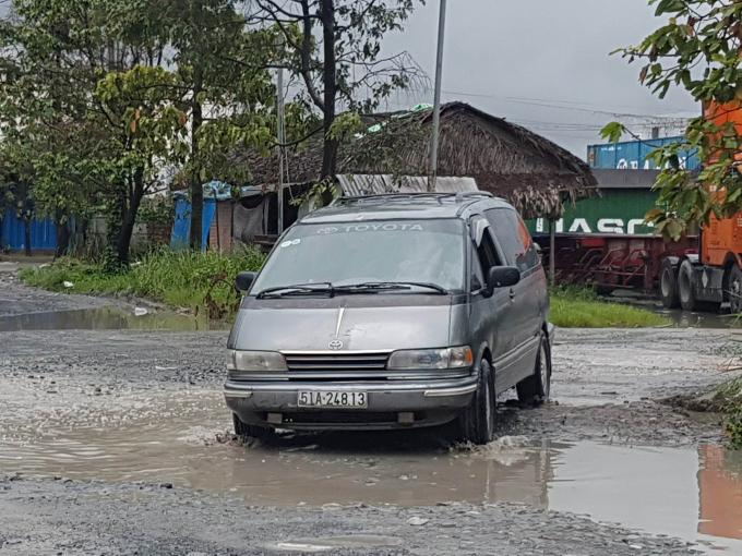 Hạ tầng giao thông tại KCN Cát Lái 2 đang xuống cấp trầm trọng nguyên nhân được cho là do hoạt động của hàng loạt bãi xe có dấu hiệu không phép trong KCN.