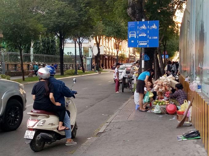 Gần như hàng rong bít lối vỉa hè, người đi bộ phải vi phạm luật mới có thể lưu thông qua những