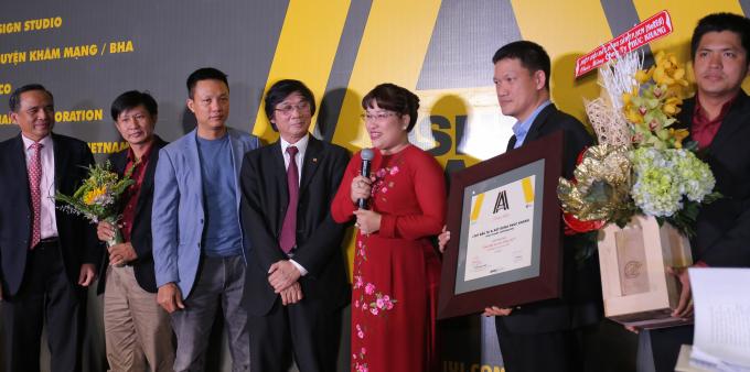 """Bà Lưu Thị Thanh Mẫu- TGĐ Phuc Khang Corporation chia sẻ sau khi Phúc Khang nhận Danh hiệu """"Chủ đầu tư của năm 2017""""."""