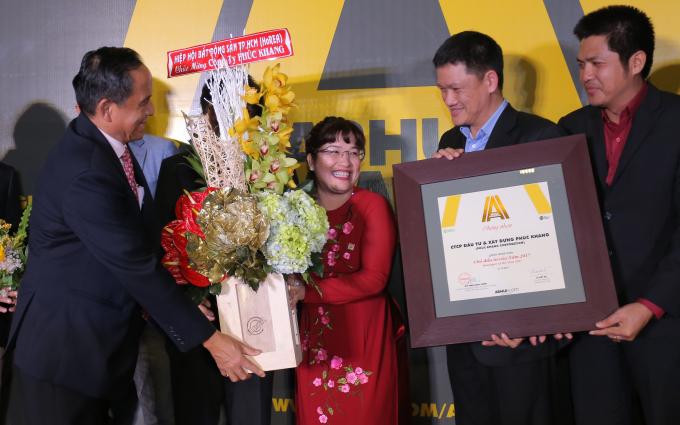 Ông Lê Hoàng Châu- Chủ tịch HHBĐS TPHCM tặng lẵng hoa chúc mừng nỗ lực hành trình xanh của Nhà Phát triển CTX Phuc Khang Corporation được cộng đồng ghi nhận.
