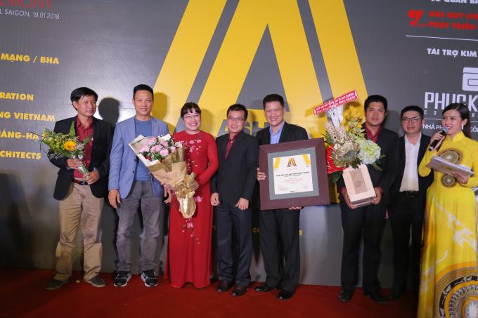 """Đại diện Nhà phát triển công trình xanh Phuc Khang Corporation được trao danh hiệu """"Developer of the year"""" – Ashui Awards 2017."""