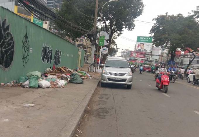 Rác tập kết bừa bãi trên đường Cách Mạng Tháng Tám gây mất mỹ quan đô thị
