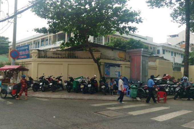 Bãi giữ xe máy ngay góc đường Hồ Xuân Hương và Nguyễn Thông chiếm hết lối đi dành cho người đi bộ