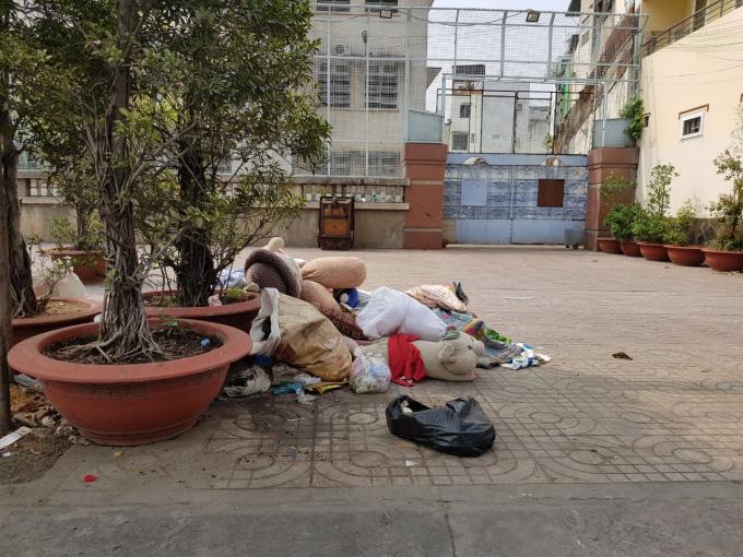 Phía trước trụ sở Đội trật tự đô thị quận 3 tồn tại bãi rác trong thời gian dài (ảnh chụp ngày 26/01/2018)