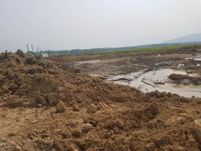 Lòng hồ Biển Lạc nham nhở vì nạn cát tặc hoành hành.