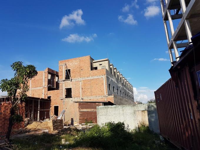 Công trình được cấp phép nhà ở riêng lẻ được cho là củaông Hoàng Bá Nguyên và bà Nguyễn Thị Nhung làm chủ đầu tư trước khi bị đình chỉ thi công.
