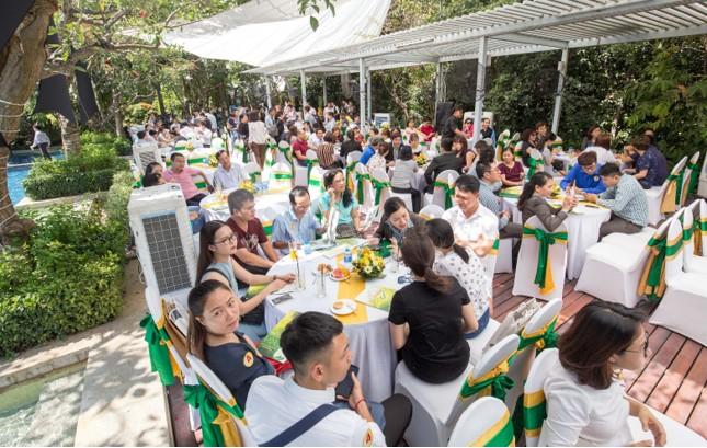 Khuôn viên bán hàng tại công viên Kim Ngân với nhiều mảng xanh, hồ bơi hướng sông thoáng đãng đã tạo cho khách hàng sự gần gũi thiên nhiên
