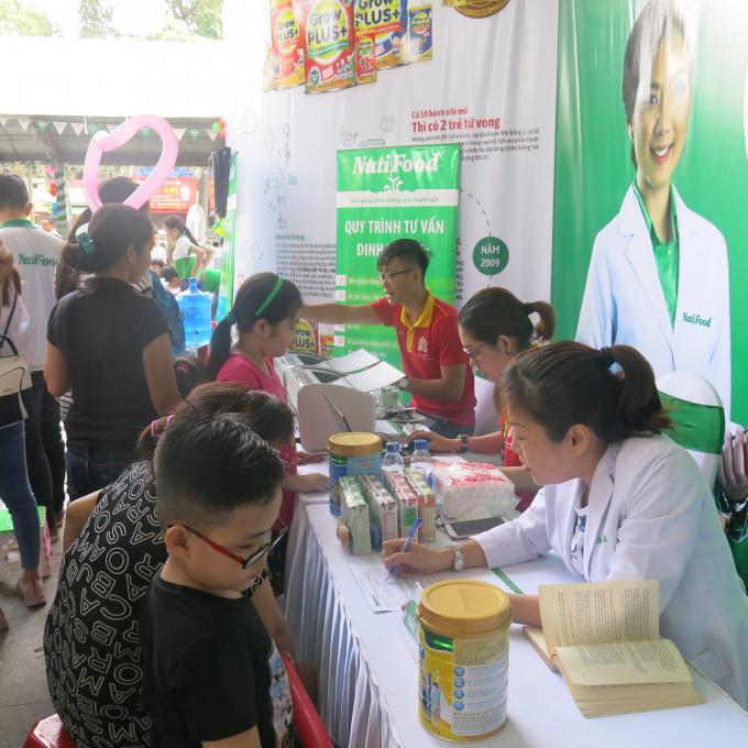 Các bác sĩ NutiFood thực hiện khám, tư vấn sức khỏe cho phụ huynh sáng ngày 1/6.