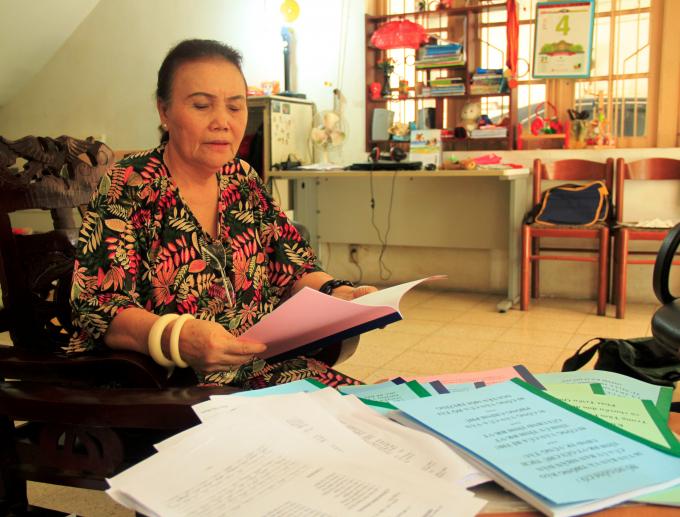 Bà Trần Thị Hương trao đổi với phóng viên