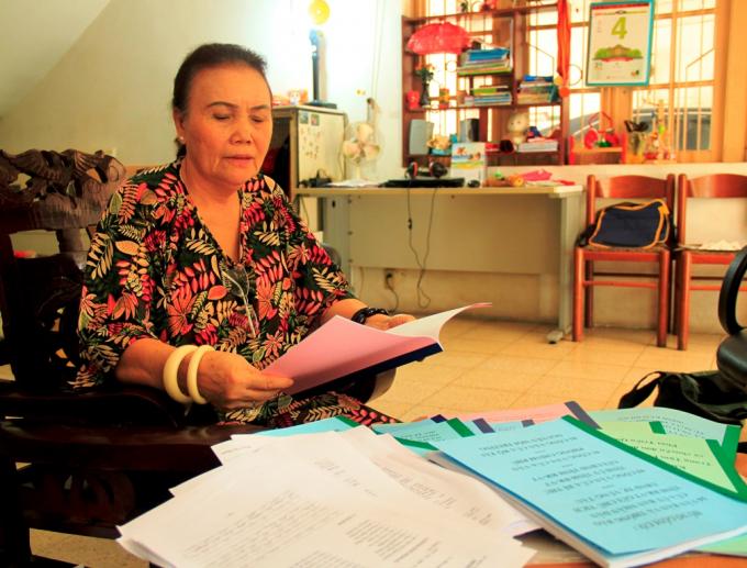Bà Trần Thị Hương trao đổi với phóng viên.