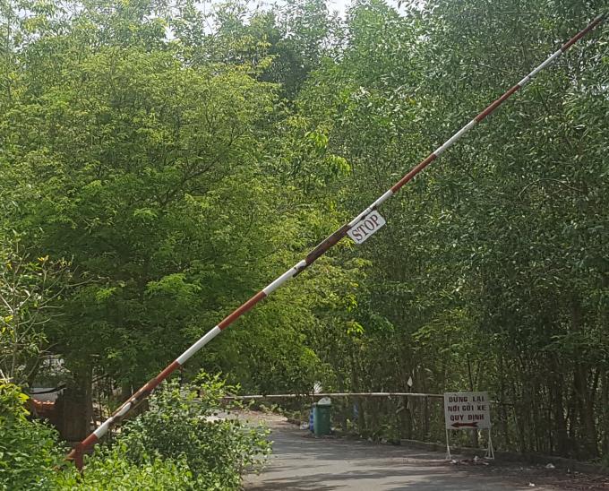Đơn vị khai thác du lịch lập rào chắn bán vé cho khách du lịch tại cửa rừng.