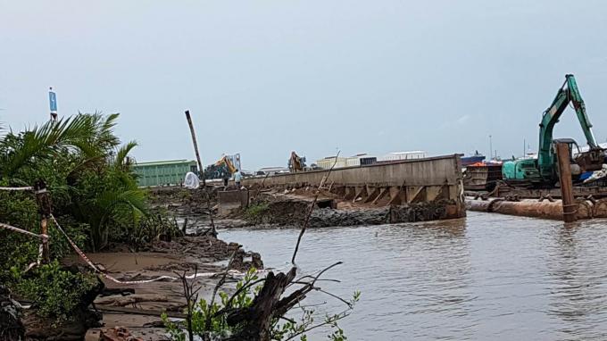 Dự án Kè Tắc Sông Chà chưa xây dựng xong đã bị sạt lở nghiêm trọng.