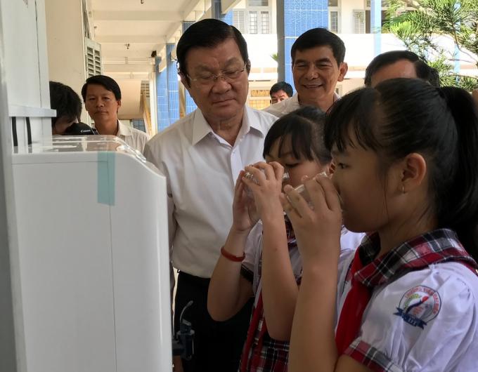 Nguyên Chủ tịch nước Trương Tấn Sang vui mừng chứng kiến hệ thống nước uống sạch được hoàn thành trước năm học mới.