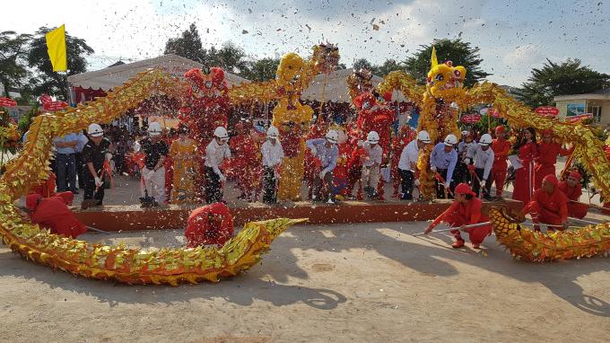 Đại diện chính quyền địa phương và lãnh đạo hai Công ty Phú Hồng Thịnh và Công ty QLPT Đô thị Việt Nam thực hiện nghi thức Lễ động thổ.