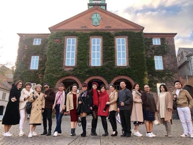 Hoa hậu Nguyễn Thị Phương chụp ảnh cùng các thí sinh tại Đan Mạch, cả đoàn có những chuyến du lịch vui vẻ cùng nhau.
