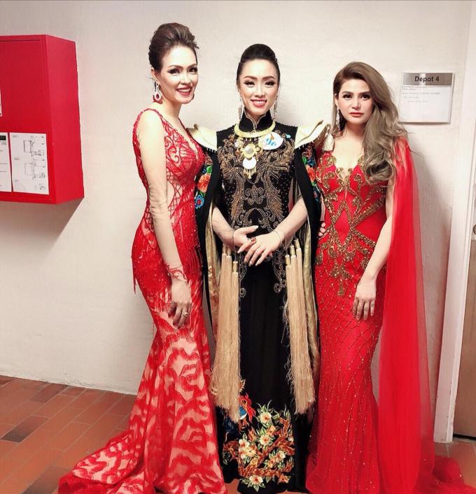 Tân hoa hậu Nguyễn Thị Phương (váy đen, ở giữa) chụp ảnh kỷ niệm cùng 2 thí sinh.