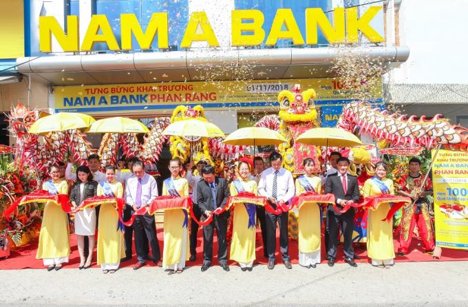 Các đại biểu cùng cắt băng khai trương, chính thức đưa vào hoạt động PGD Nam A Bank Phan Rang.