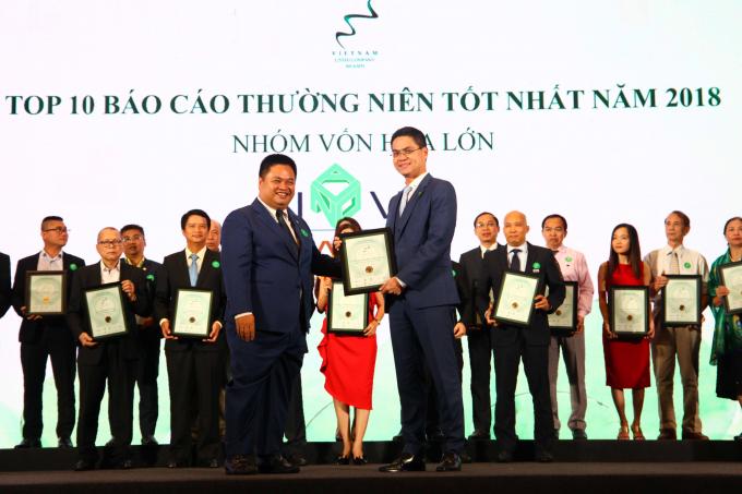 Đại diện Tập đoàn Novaland nhận giải thưởng Top 10 Báo cáo thường niên tốt nhất năm 2018 dành cho doanh nghiệp trong nhóm vốn hóa lớn (Large-Cap).